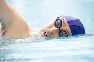 泳ぐシニアの写真素材 [FYI02403519]