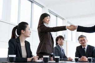 握手をするビジネスウーマンの写真素材 [FYI02403573]