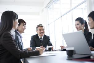 会議をするビジネスマンとビジネスウーマンの写真素材 [FYI02403599]