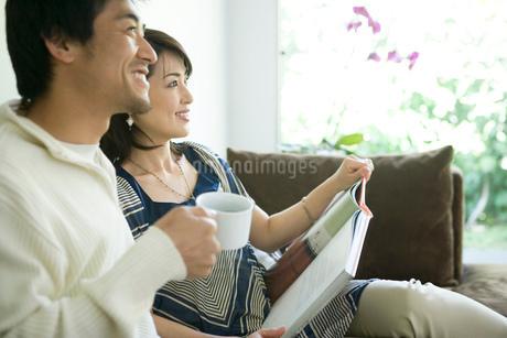 ソファーに座るカップルの写真素材 [FYI02403687]