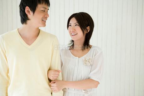 腕を組む夫婦の写真素材 [FYI02403720]