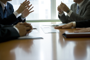 会議中のビジネスマンの手元の写真素材 [FYI02403766]