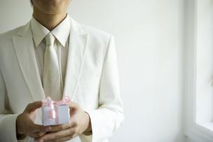 プレゼントを持つ花婿の写真素材 [FYI02403801]