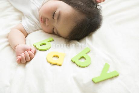 眠っている赤ちゃんの写真素材 [FYI02403827]