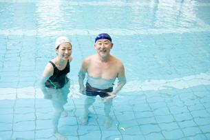 プールに入る男女の写真素材 [FYI02403944]