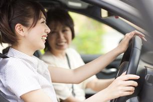 車に乗っている親子の写真素材 [FYI02405823]