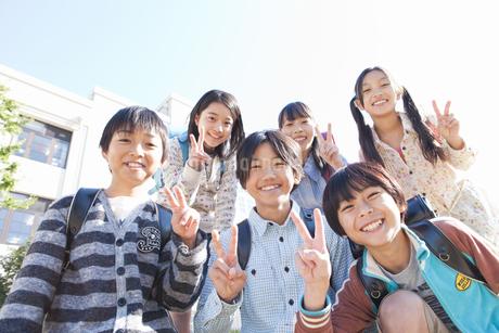 校庭に集まっている笑顔の小学生6人の写真素材 [FYI02406745]