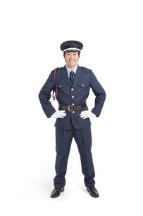 腰に手を当てて立つ警備員の写真素材 [FYI02407009]