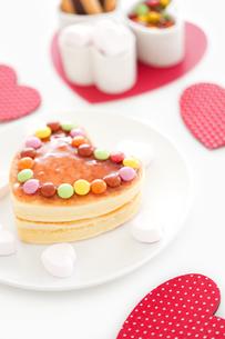 ハート型のパンケーキの写真素材 [FYI02407358]