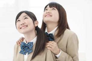 見上げる女子高生2人の写真素材 [FYI02408334]