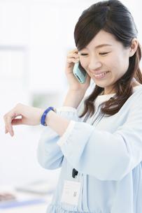 携帯電話で話すビジネスウーマンの写真素材 [FYI02408610]