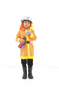 消防士の格好をしている男の子の写真素材 [FYI02408920]
