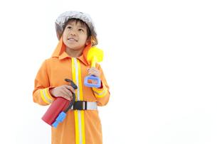 消防士の格好をしている男の子の写真素材 [FYI02408931]