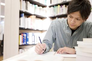 勉強する男性の写真素材 [FYI02409070]