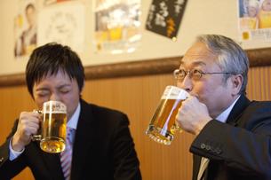 ビールを飲んでいるビジネスマン2人の写真素材 [FYI02409474]