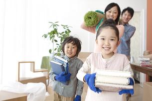 引っ越し作業中の家族4人の写真素材 [FYI02409585]