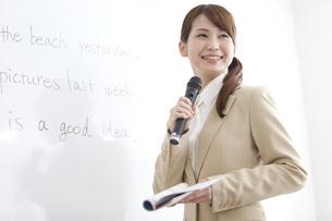 授業をする塾の先生の写真素材 [FYI02409882]