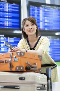 空港でカートを押す女性の写真素材 [FYI02409965]