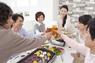 ビールで乾杯する中高年6人の写真素材 [FYI02410398]