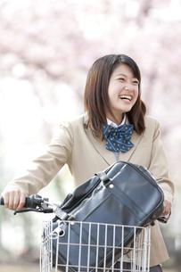 自転車を押している女子高生の写真素材 [FYI02410958]