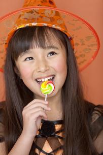 キャンディーを食べる女の子の写真素材 [FYI02410976]