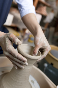 陶芸をする男性の手元の写真素材 [FYI02411314]