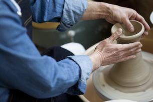 陶芸をする男性の手元の写真素材 [FYI02411762]
