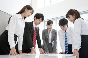 会議をする5人のビジネスマンの写真素材 [FYI02411814]