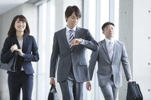 歩くビジネスグループ3人の写真素材 [FYI02411858]