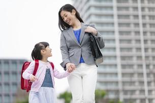 手をつないで歩く女の子と母親の写真素材 [FYI02411875]