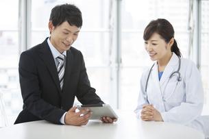 女医とビジネスマンの写真素材 [FYI02412000]