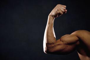 筋肉質な男性の腕の写真素材 [FYI02412033]