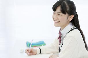 授業を受ける女子校生の写真素材 [FYI02412063]