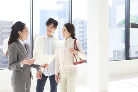 バインダーを持つビジネスウーマンと夫婦の写真素材 [FYI02412200]