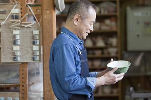茶碗を見るシニア男性の写真素材 [FYI02412218]
