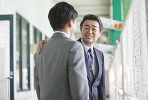 バッティングセンターで話すビジネスマン2人の写真素材 [FYI02412312]