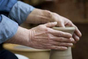 陶芸をする男性の手元の写真素材 [FYI02412487]