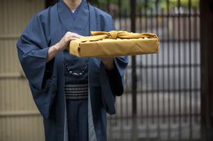 風呂敷包みを持つ着物姿の男性の写真素材 [FYI02412532]