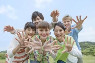 ポーズをとる若者5人の写真素材 [FYI02412546]