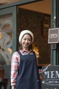 エプロンを着ているカフェ店員の写真素材 [FYI02413023]