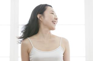 笑顔の女性の写真素材 [FYI02413024]