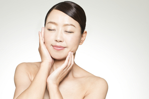中年女性の美容イメージの写真素材 [FYI02413143]