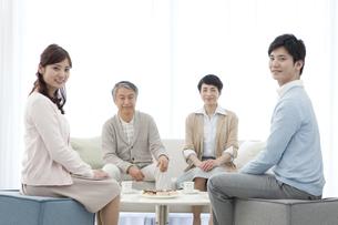 笑顔の家族4人の写真素材 [FYI02413346]