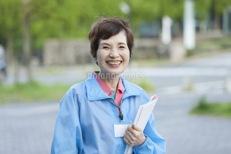 ボランティアのシニア女性の写真素材 [FYI02413412]