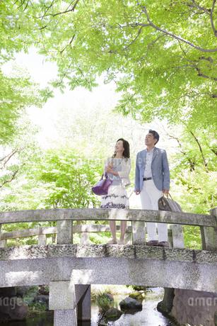 遠くを見ている中高年夫婦の写真素材 [FYI02413685]