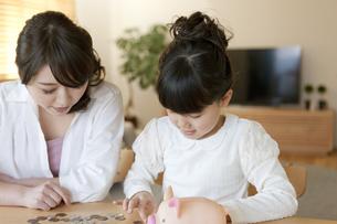 お金を数える親子の写真素材 [FYI02413691]