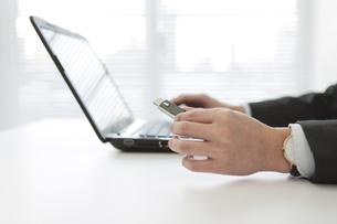 ノートパソコンを操作するビジネスマンの写真素材 [FYI02413911]