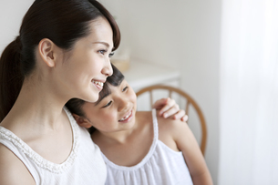 寄り添う笑顔の母娘の写真素材 [FYI02414633]