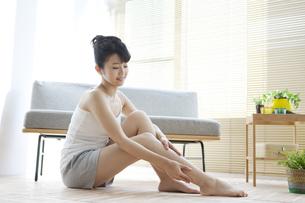 足をマッサージする女性の写真素材 [FYI02414811]