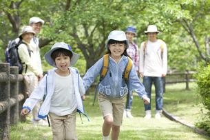 手をつないで走る子供たちの写真素材 [FYI02414819]